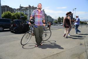 Geneve, le 26.07.2013. Sylvain Thevoz, cycliste, reagit a Monsieur Ralf Latina qui demande aux autorites de sanctionner les incivilites. Photos: Christian BONZON